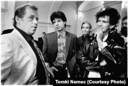 'Najveća greška nakon izbora u junu 1990, na kojima smo pobedili, što smo po formiranju novih institucija svi uzeli dvomesečni odmor i to u najkritičnijem trenutku, kada je zemlji bilo potrebno odlučno vođstvo.' (Havel sa članovima Rolingstonsa u Pragu, 1990, prvih dana predsednikovanja)
