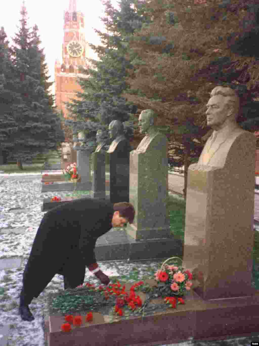 Russia – Soviet leader Leonid Brezhnev's gandson, Andrei, laying flowers at Brezhnev's grave by the kremlin wall, Moscow, 10Nov1998 - rob2007