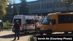 Машини рятувальників і медиків біля коледжу в Керчі
