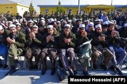 """Пленные боевики """"Талибана"""" сидят во дворе тюрьмы на окраине Кабула. 4 января 2013 года."""