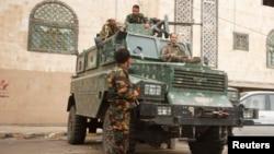 Особливі заходи безпеки в Ємені: поліція стереже посольство Великої Британії у столиці Сані, 5 серпня 2013 року
