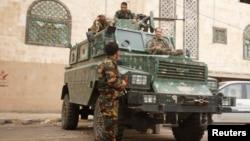 Йемен астанасы Сана қаласындағы Ұлыбритания елшілігі жанында қауіпсіздікті қадағалап тұрған полиция жасағы. 5 тамыз 2013 жыл. (Көрнекі сурет)
