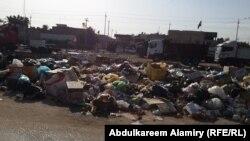 تراكم النفايات احد شوارع البصرة نتيجة اضراب عمال البلدية