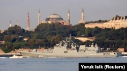 Российский фрегат «Адмирал Эссен» в проливе Босфор.