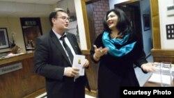 Марат Ахмеджанов с кыргызской переводчицей из Шотландии Шахсанем Мюррей
