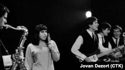 Івон Прженосілова співає у празькому концертному залі «Люцерна» у 1965 році