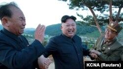 Kim Džong-un (u sredini) u društvu Ri Pjong-čola (lijevo) tokom nuklearnog testa, 15. maj 2017.