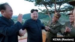 Şimali Koreya lideri Kim Jong Un (ortada)