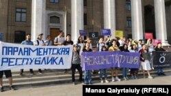 Активисты «Oyan, Qazaqstan» у здания, которое занимало правительство Казахстана. Алматы, 30 августа 2019 года.