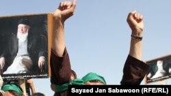 Жанкешті жарылысынынан қаза тапқан Ауғанстанның бұрынғы президенті Бурханиддин Раббаниді қолдаушылар талибан мен Пәкістанға қарсы шеру өткізді. 27 қыркүйек. 2011 жыл.