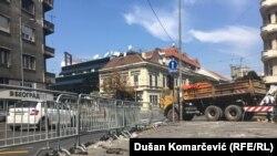 Istovremeno sa Bulevarom oslobođenja, radi se na rekonstrukciji Trga Slavija, pa je i kružni tok na tom mestu zatvoren