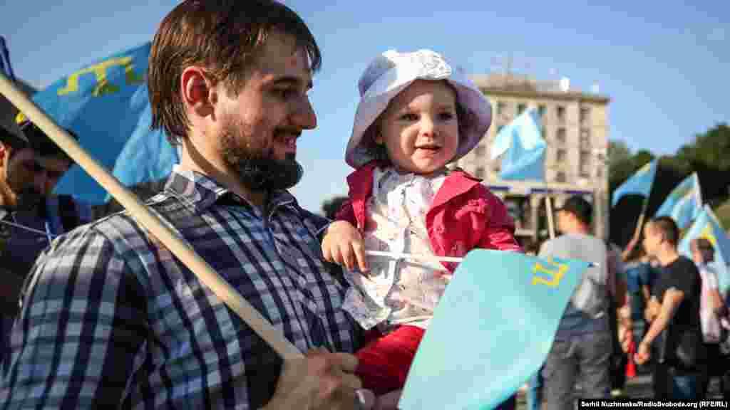 Украина астанасындағы Қырым татарлары туы күніне арналған шараға қатысушылар.