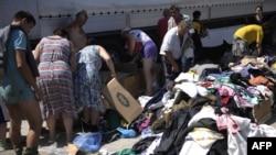 Волонтеры раздают жителям Крымска бесплатную одежду
