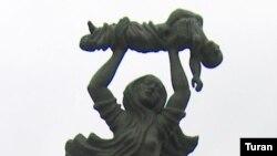 Памятник жертвам Ходжалинской трагедии 1992 года (фото от 26 февраля 2005 года)
