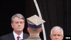 Президент України Віктор Ющенко та Польщі Лех Качинський під час офіційної церемонії зустрічі у Варшаві, 7 вересня 2009 р.