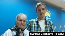Раиса Щербина и ее внук Никита Щербин. Астана, 7 июля 2015 года.
