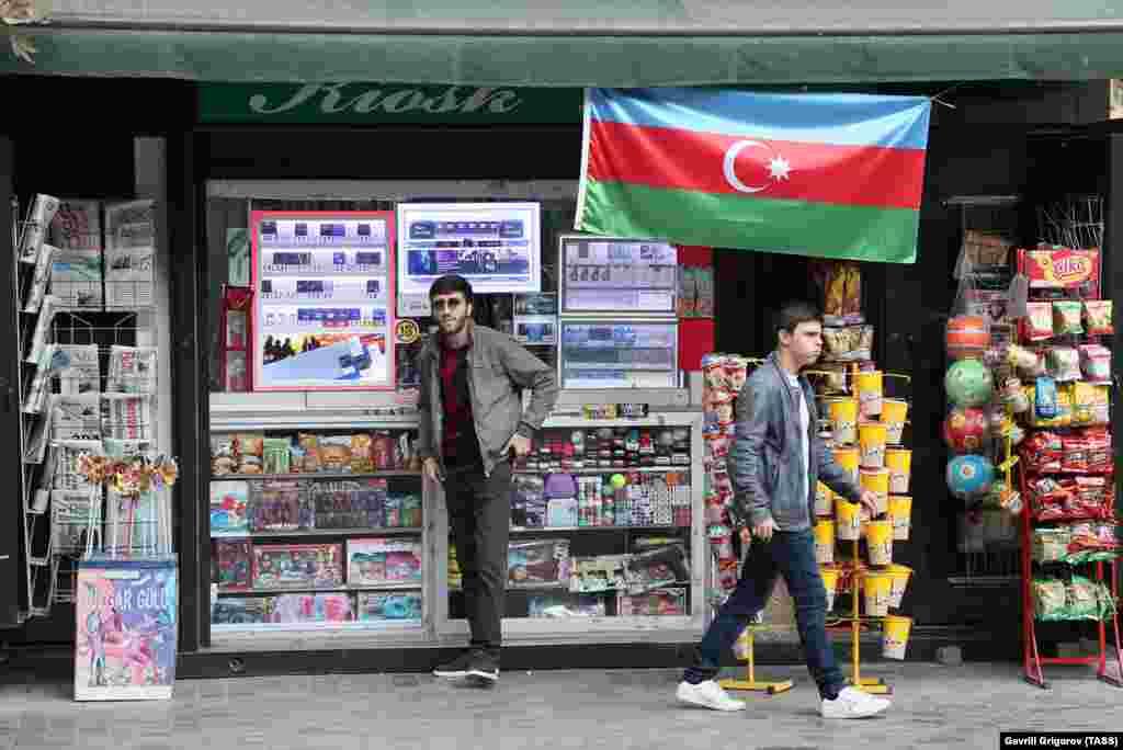 Egy azeri zászló lóg az egyik utcai árus pavilonján Bakuban.