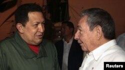 Президент Кубы Рауль Кастро (слева) приветствует своего венесуэльского коллегу Уго Чавеса