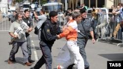 Poliţia reţine suporterii formaţiei punk Pussy Riot veniţi în semn de solidaritate la judecătoria unde se pronunţă sentinţa împotriva celor trei membre ale grupului.