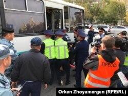 Полиция азаматтарды ұстап, автобусқа отырғызып жатыр. Нұр-Сұлтан, 21 қыркүйек 2019 жыл.