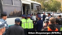 Задержания в Нур-Султане на площади Республики. 21 сентября 2019 года.