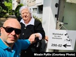 Міхаіл Рубін з маці на выбарах у Эўрапейскі парлямэнт 26 траўня 2019