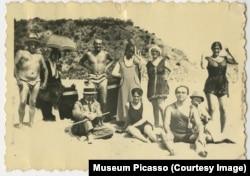 Ольга Сахарова (стоит крайняя справа)с друзьями на пляже, 1916