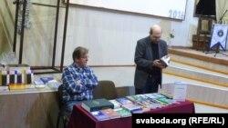 Зьміцер Колас (зьлева) і Лявон Баршчэўскі падчас прэзэнтацыі ў Магілёве