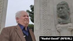 Масуд Турсунзаде у бюста своего отца