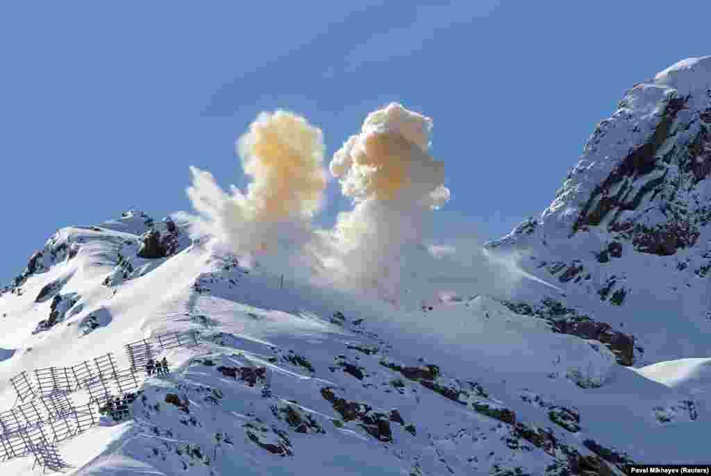 Спроба выклікаць лавіну кантраляваным выбухам у горах каля Алматы ў Казахстане.
