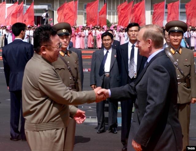 Ким Чен Ир приветствует Владимира Путина в Пхеньяне