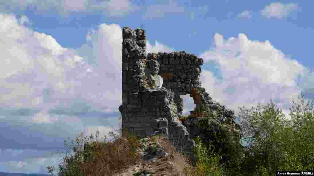 Дворец недалеко от крепости Мангупа был двухэтажным и, скорее всего, походил на старые венецианские дворцы с рядами стрельчатых окон