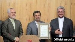 محمود احمدینژاد (وسط) در جلسه هیئت وزیران در کنار علیرضا ابوالفضلی (راست)، مدیر شعبه دانشگاه