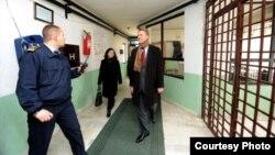 Архивска фотографија: Евроамбасадорот Аиво Орав во посетата на затворот во Прилеп.