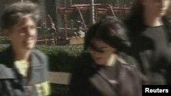ԱՄՆ-ի Հետաքննությունների դաշնային բյուրոյի աշխատակիցները ուղեկցում են Արմեն Ղազարյանի հանցախմբի ձերբակալված անդամներին, Նյու Յորք, 13-ը հոկտեմբերի, 2010թ.