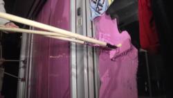 Protest u Beogradu: Ružičasta farba na vratima Javnog servisa