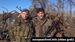 Сербский боевик Деян Берич (справа) передает «привет» правительству Сербии
