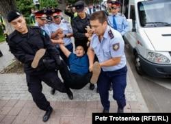 Полицейские задерживают жителя Алматы Армана Абдуллаханова в центре Алматы. 10 июня 2019 года.