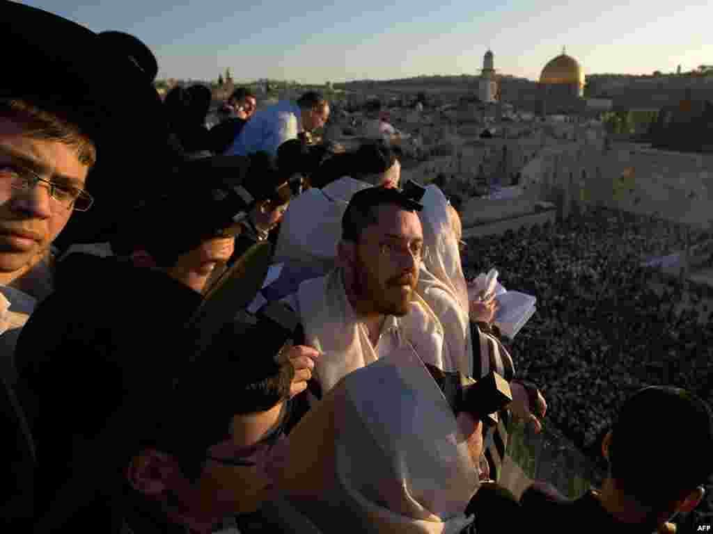 Тысячи евреев собрались у Западной стены на молитву благословения Солнца, которая проходит раз в 28 лет