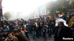 Policia turke shpërndau protestën me topa uji dhe gaz lotsjellës