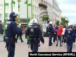 Полиция у здания, где проходят поминки Умарова