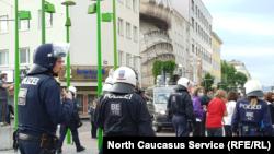 Полиция у здания, где проходили поминки Умарова