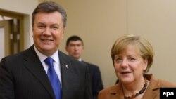 Германия канцлері Ангела Меркель (оң жақта) мен Украина президенті Виктор Янукович (сол жақта) Еуропа одағының саммитінде. Вильнюс, 29 қараша 2013 жыл.