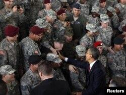 Barak Obama duke përshëndetur trupat e kthyer nga Iraku