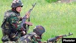 Լեռնային Ղարաբաղի Պաշտպանության բանակի զինծառայողները զորավարժության ժամանակ, արխիվ