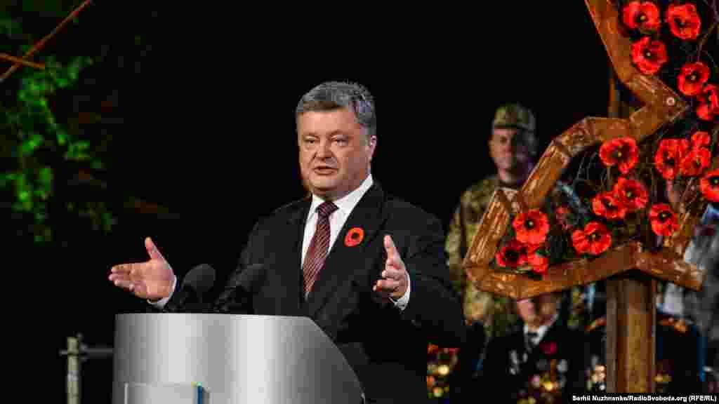 Петро Порошенко: «Хижа й ненажерлива імперія знову не рахується з державними кордонами і прагне розширити свій так званий життєвий простір. Україна знову дає відсіч, – хіба що з тією різницею, що ворог прийшов не з Заходу, а зі Сходу»
