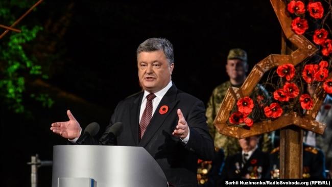 Президент України Петро Порошенко під час акції «Перша хвилина миру» у День пам'яті та примирення. Київ, 8 травня 2016 року