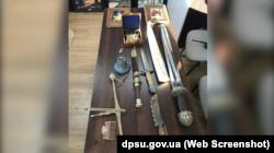 Старовинні меч, ваги і компас XVIII століття намагалися вивезти з окупованого Луганська
