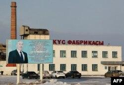 Билборд с портретом президента Казахстана Нурсултана Назарбаева на фоне здания птицефабрики. Аркалык, 14 декабря 2016 года.