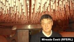 Edin Hozić pored instalacije sa prvog ciklusa Bijenala, foto: Mirsada Ćosić